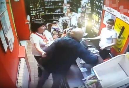 Дзержинский покупатель избил молодую продавщицу алкомаркета