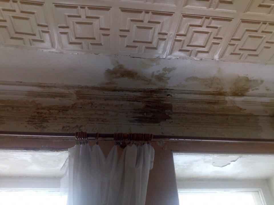 Жители исторического дома на Рождественской больше года мучаются из-за текущего потолка - фото 1
