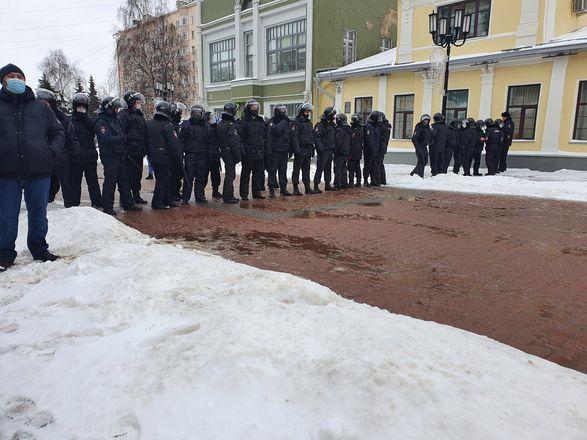 ОМОН перекрыл территорию на Большой Покровской из-за митинга - фото 9