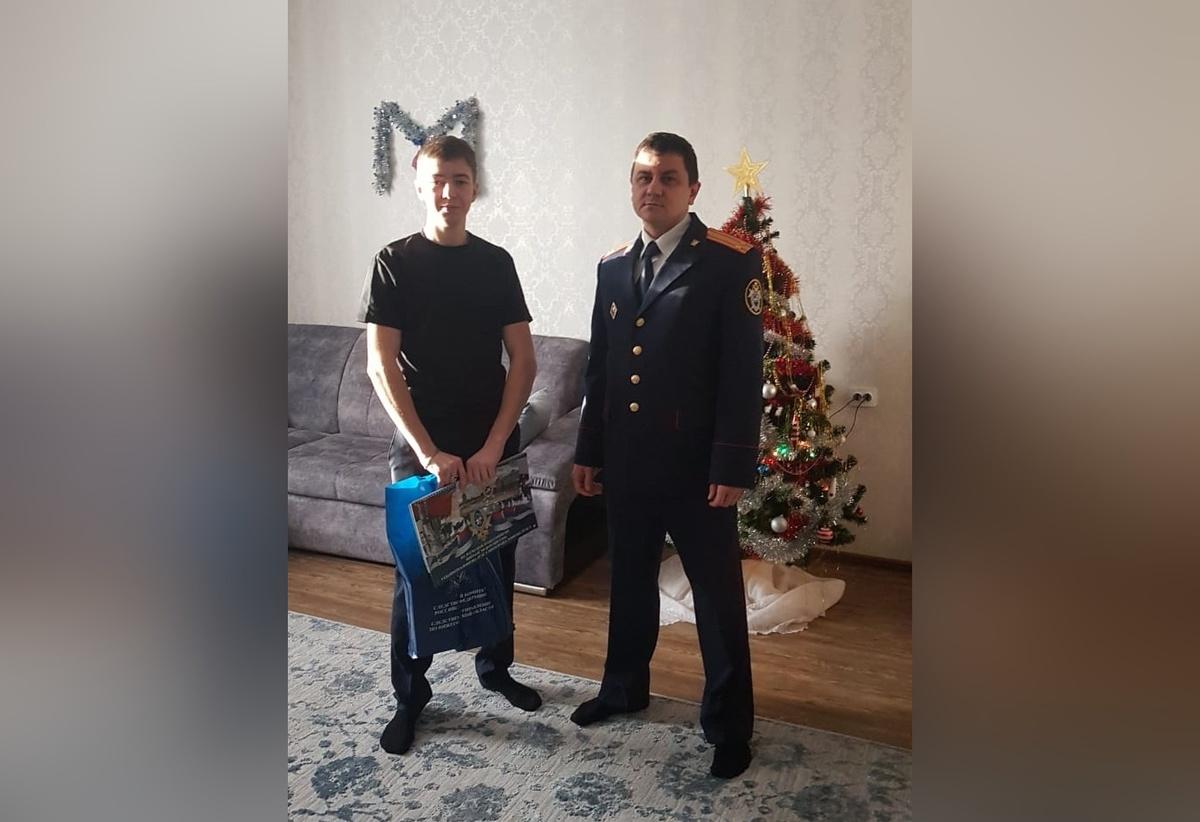 Павловский СК поздравил с днем рождения Данилу Небогатова, спасшего пенсионерку от рецидивиста - фото 1