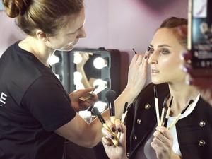 Визажист Oriflame подарила нижегородкам мастер-класс в рамках Дня красоты