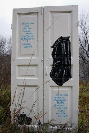 Белая закрытая дверь появилась на откосе у метромоста в Нижнем Новгороде - фото 2