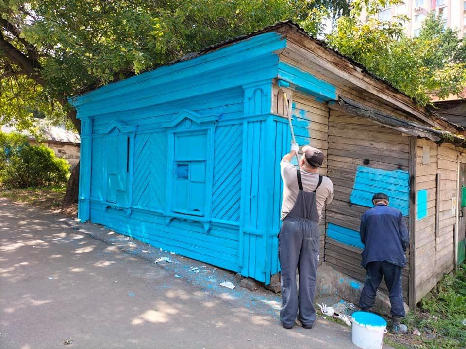 Деревянные здания на улицы Ильинской окрасили в синий - фото 1