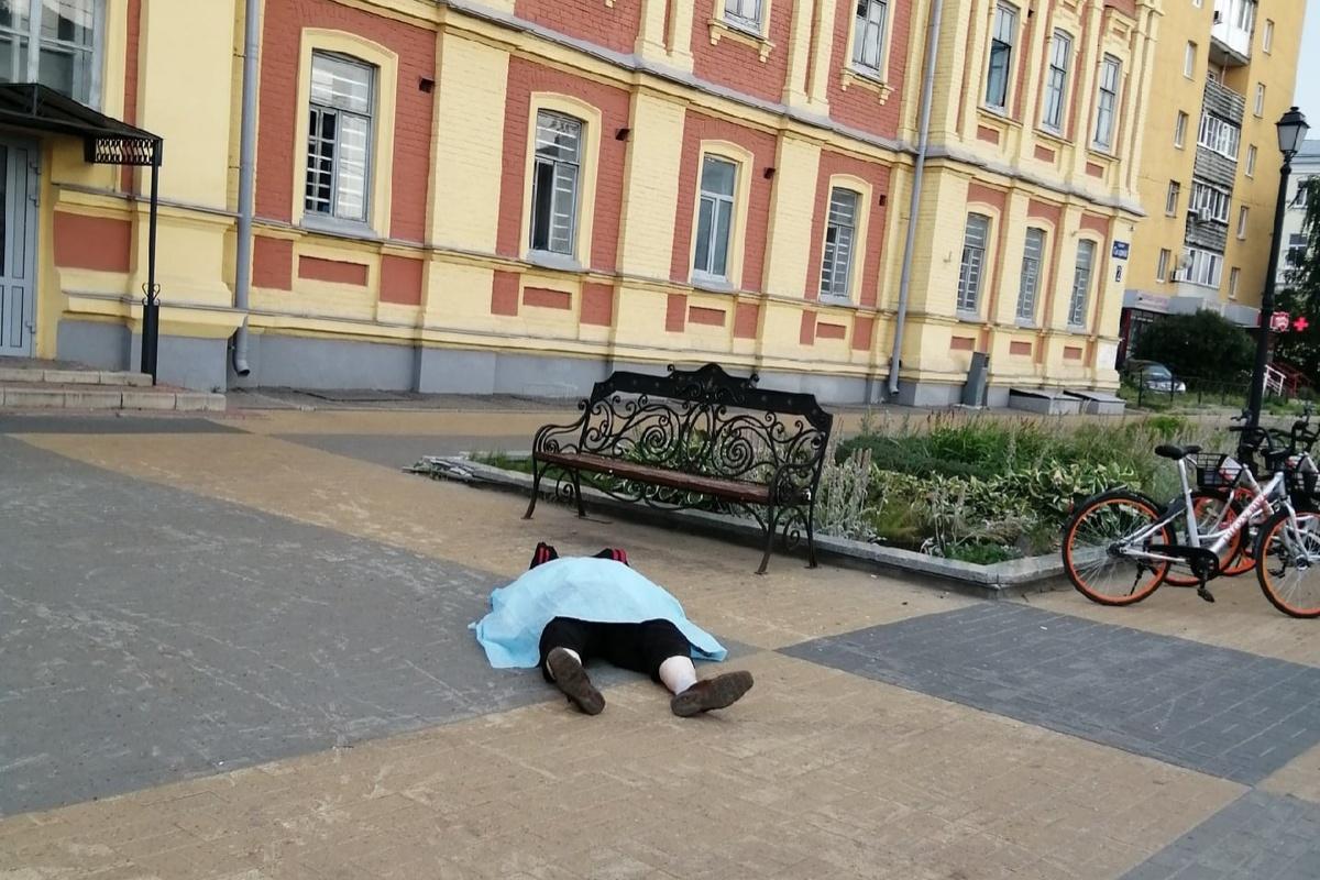 Соцсети: тело мужчины три часа пролежало на площади Лядова - фото 1