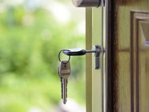 5 «фишек», которые помогут защитить ваше жилье от воров во время отпуска