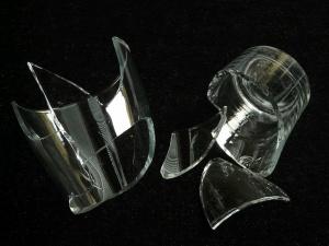 Должны ли вы платить за посуду, которую случайно разбили в кафе