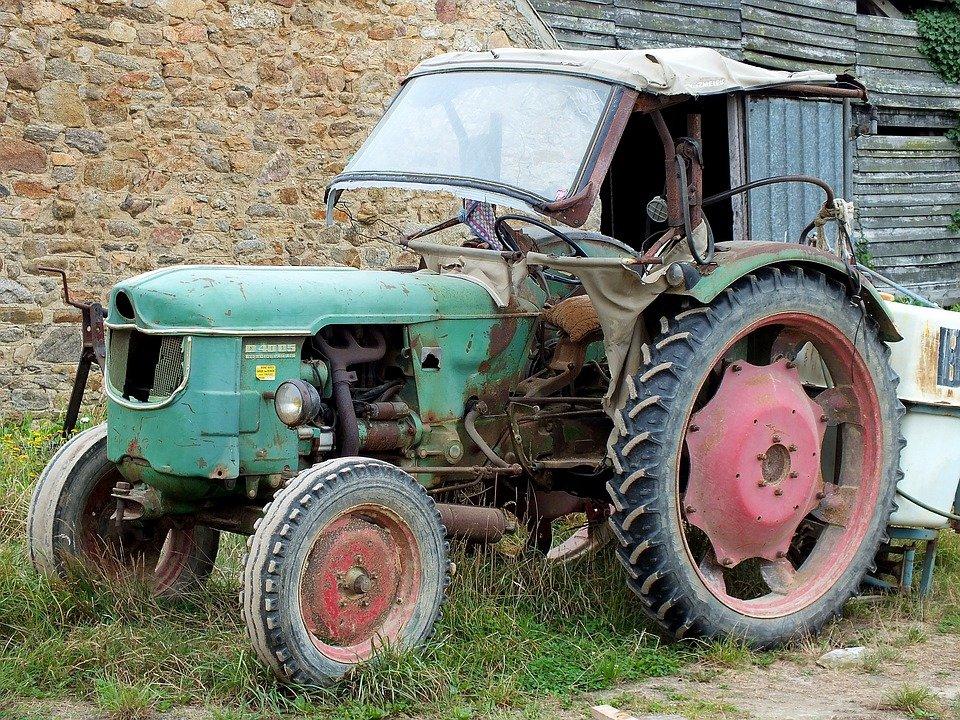 Шатковский пенсионер стащил кабину от трактора - фото 1