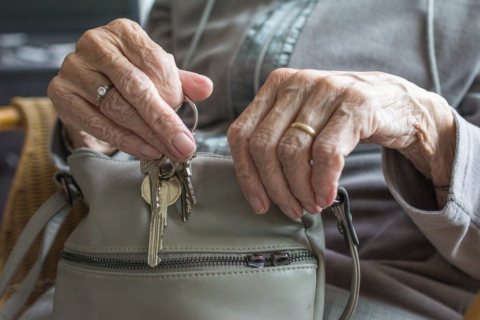 3 причины не покупать жилье у пожилых людей - фото 2