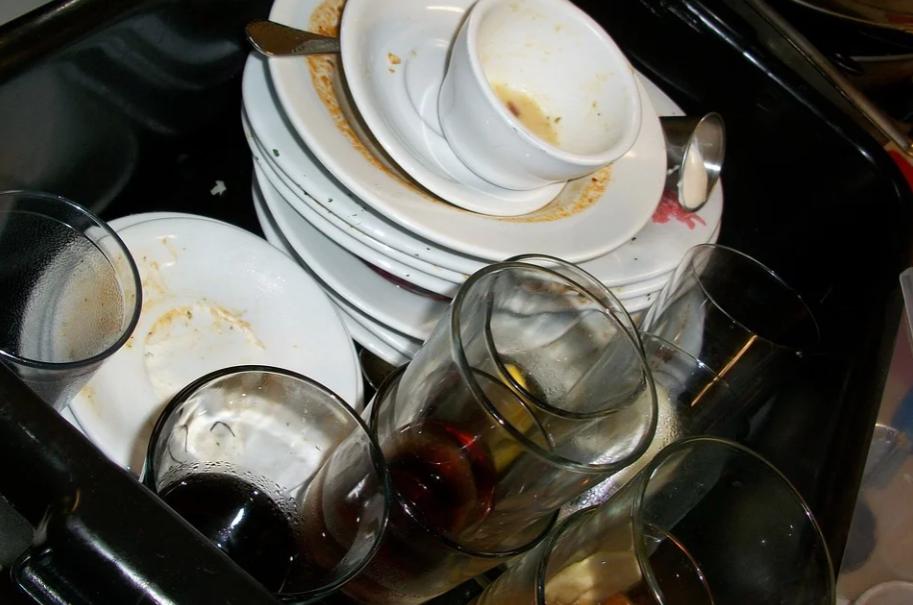 Кулинарию «ОбедБуфет» закрыли за просроченные продукты и плохо помытую посуду - фото 1