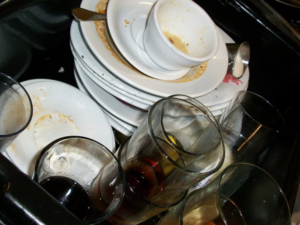 Кулинарию «ОбедБуфет» закрыли за просроченные продукты и плохо помытую посуду
