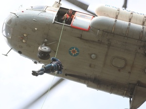 Нижегородские спасатели эвакуировали пассажиров «рухнувшего» самолета во время учений