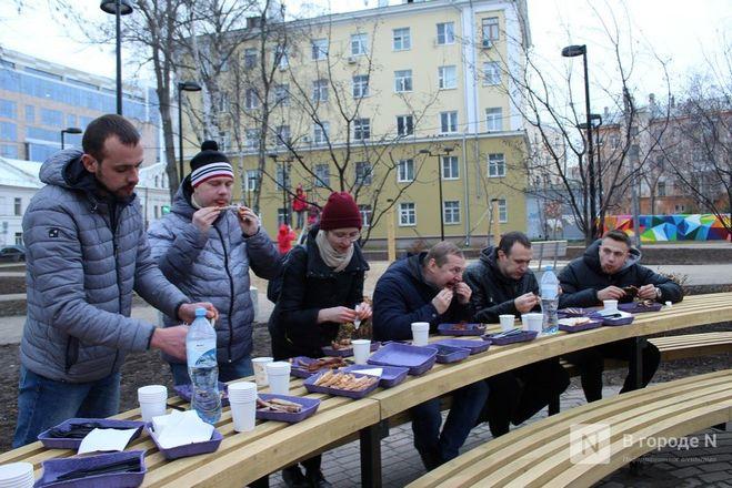 Чемпионы по поеданию ребрышек съели порцию за три минуты в Чернопрудском сквере - фото 30